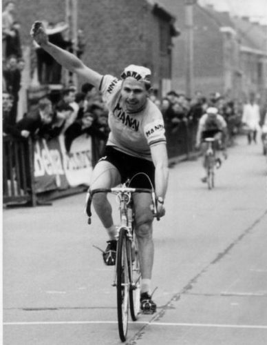BRU28-20000822-HELSINKI, FINLAND: SPECIAL RETRO BELGIAN OLYMPICS, FILE PICTURE of Belgian cyclist Andre Noyelle Puttemans winning the gold medal at the olympic games in Helsinki in 1952. Belga Photo Archive